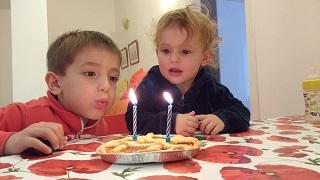 Bea, aiutata da Lorenzo, spegne le candeline