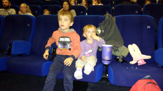 Lorenzo e Bea seduti al cinema