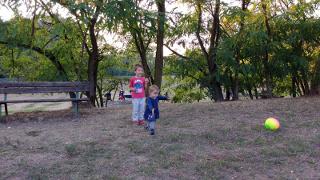 Lorenzo e Bea giocano insieme al parco