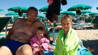 Enrico e i bimbi, in spiaggia