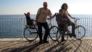 Foto di gruppo davanti al mare