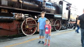Lorenzo e Michele di fronte alla locomotiva