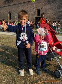 Lorenzo e Bea esibiscono le loro medaglie