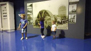 Lorenzo, Giulia e Beatrice al museo
