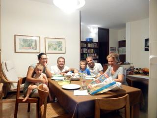 Eccoci tutti in gruppo seduti intorno al tavolo