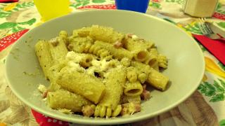 Ecco la pasta col sugo a base di pesto di pistacchi