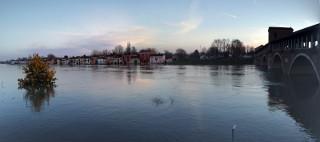 Il borgo basso raggiunto dal fiume