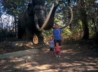 Il mammut alle spalle