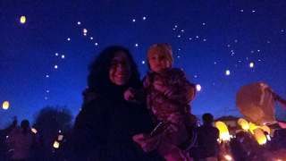 Silvia e Beatrice, con, sullo sfondo, le lanterne