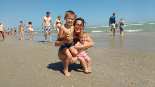 Silvia coi bimbi, in spiaggia