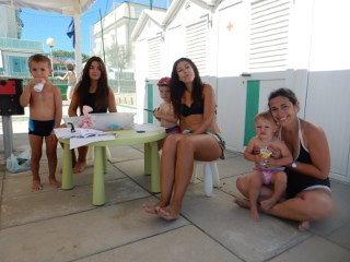 Con Martina e Arianna, le mitiche tate della spiaggia